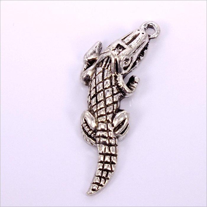 Kovový prívesok Krokodíl29x10x5mm,2ks, starostriebro (B07/02-51))